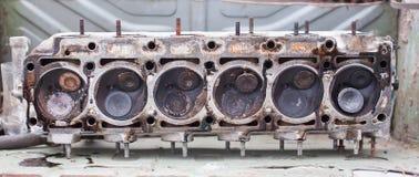 Primo piano la testa di un motore del sei-cilindro fotografia stock