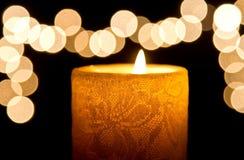 Primo piano leggero della candela con bokeh fotografia stock libera da diritti