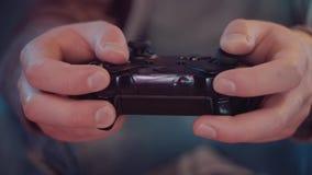 Primo piano lento di una console del gioco nelle mani di un gamer stock footage