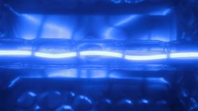 Primo piano, luce intermittente di una spirale blu del tungsteno di una lampada alogena illustrazione vettoriale