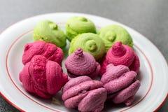 Primo piano luminoso dei dolci di porpora, di rosa e del pistacchio Fotografia Stock Libera da Diritti