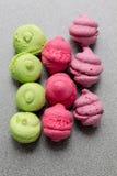 Primo piano luminoso dei dolci di porpora, di rosa e del pistacchio Fotografie Stock