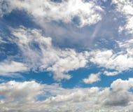 Primo piano luminoso del cielo nuvoloso Fotografia Stock Libera da Diritti