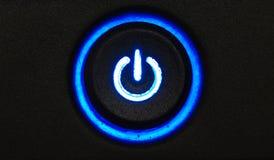 Primo piano a macroistruzione al neon blu del tasto di potenza Immagini Stock Libere da Diritti
