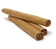 Primo piano a macroistruzione della pila dei tre sigari, sigari isolati Immagini Stock