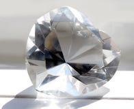 Primo piano a macroistruzione di cuore di cristallo gigante fotografie stock