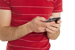 Primo piano mandante un sms fotografia stock libera da diritti