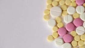 Primo piano medico di giro delle pillole stock footage