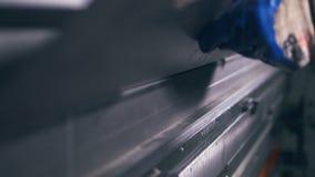 Primo piano Metallo di piegamento del lavoratore su una macchina di piegamento moderna di industriale ad una fabbrica stock footage