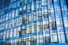 Primo piano moderno di vetro blu della costruzione Immagini Stock