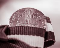 Primo piano monocromatico del lato della coda del penny sottosopra fotografia stock