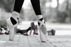 Primo piano monocromatico dell'piedi delle ballerine in Pointe Immagine Stock