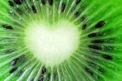 Primo piano naturale fresco del kiwi Figura del cuore Tagli i pezzi o Immagini Stock