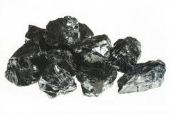 Primo piano nero della miniera di carbone con grande profondità di campo Barra del carbone antracite isolata su fondo bianco Fotografia Stock