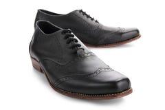 Primo piano nero delle scarpe di cuoio su bianco fotografie stock libere da diritti