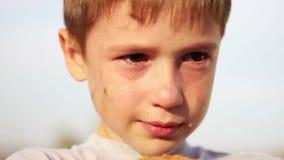 Primo piano orfano sporco del ragazzo che grida e che esamina video d archivio