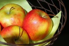 Primo piano organico della merce nel carrello delle mele Fotografie Stock