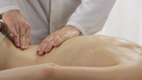 Primo piano posteriore della persona di massaggio archivi video