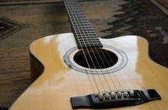 Primo piano preso da una chitarra Immagini Stock