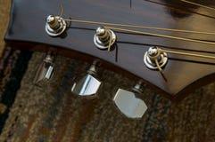 Primo piano preso da una testa della chitarra Fotografia Stock