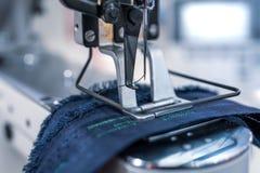 Primo piano professionale della macchina per cucire Industria tessile moderna immagini stock libere da diritti