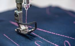 Primo piano professionale della macchina per cucire Industria tessile moderna immagini stock