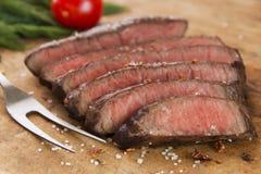 Primo piano raro medio affettato cucinato della bistecca di manzo immagine stock