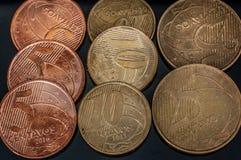 Primo piano reale brasiliano delle monete dei centesimi Fotografia Stock