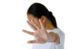 Primo piano ritratto di, infelice, ragazza pazza, sollevante la mano fino a dica, nessuna destra di arresto là Fotografia Stock
