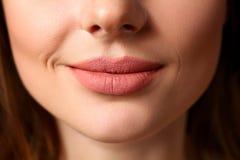 Primo piano rosso chiuso femminile sorridente delle labbra immagini stock libere da diritti