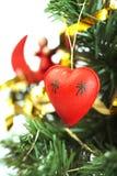 Primo piano rosso del cuore sull'albero di Natale Fotografie Stock Libere da Diritti