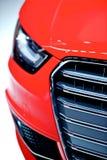Primo piano rosso della parte anteriore dell'automobile Immagini Stock
