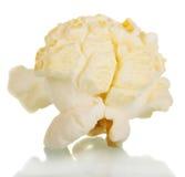 Primo piano saporito del popcorn isolato su bianco Immagini Stock