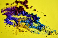 Primo piano schiacciato dell'ombretto su giallo immagine stock