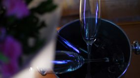 Primo piano, secchiello del ghiaccio, vetri e champagne gioco della luce e delle ombre Un concetto di vita di lusso con champagne archivi video