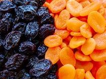 Primo piano secco delle albicocche e delle prugne di frutti fotografia stock