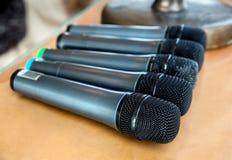 Primo piano senza fili dei microfoni alla conferenza Immagini Stock