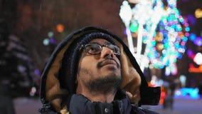 Primo piano, sguardi indiani del tipo a neve volante nella sera nel parco archivi video