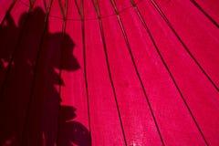 Primo piano sotto l'ombrello verde antico dell'Asia fotografia stock