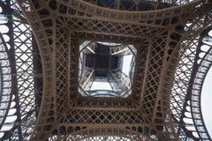 Primo piano sparato da sotto la torre Eiffel Torre Eiffel da sotto fotografie stock libere da diritti