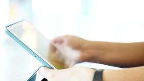 Primo piano sparato della donna che lavora con il touchpad video d archivio