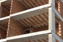 Primo piano sparato della struttura in cemento armato della nuova costruzione fotografie stock