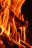 Primo piano sparato di legna da ardere bruciante Fotografie Stock