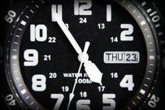 Primo piano sparato di un orologio nero Immagine Stock