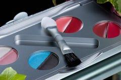 Primo piano stabilito di trucco dell'ombretto con la spazzola Immagini Stock