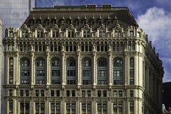 Primo piano storico della facciata della costruzione di Manhattan immagine stock libera da diritti