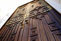 primo piano strutturato di legno Sankt-Pietroburgo della manopola del metallo del dettaglio di architettura della porta Fotografie Stock Libere da Diritti