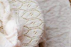 Primo piano su fatto a mano di tricottare tessuto dell'artigianato Immagine Stock Libera da Diritti