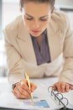Primo piano su scrittura della donna di affari nel documento Fotografia Stock Libera da Diritti