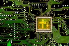 Primo piano su un microchip del CPU su uno schema Fotografia Stock Libera da Diritti
